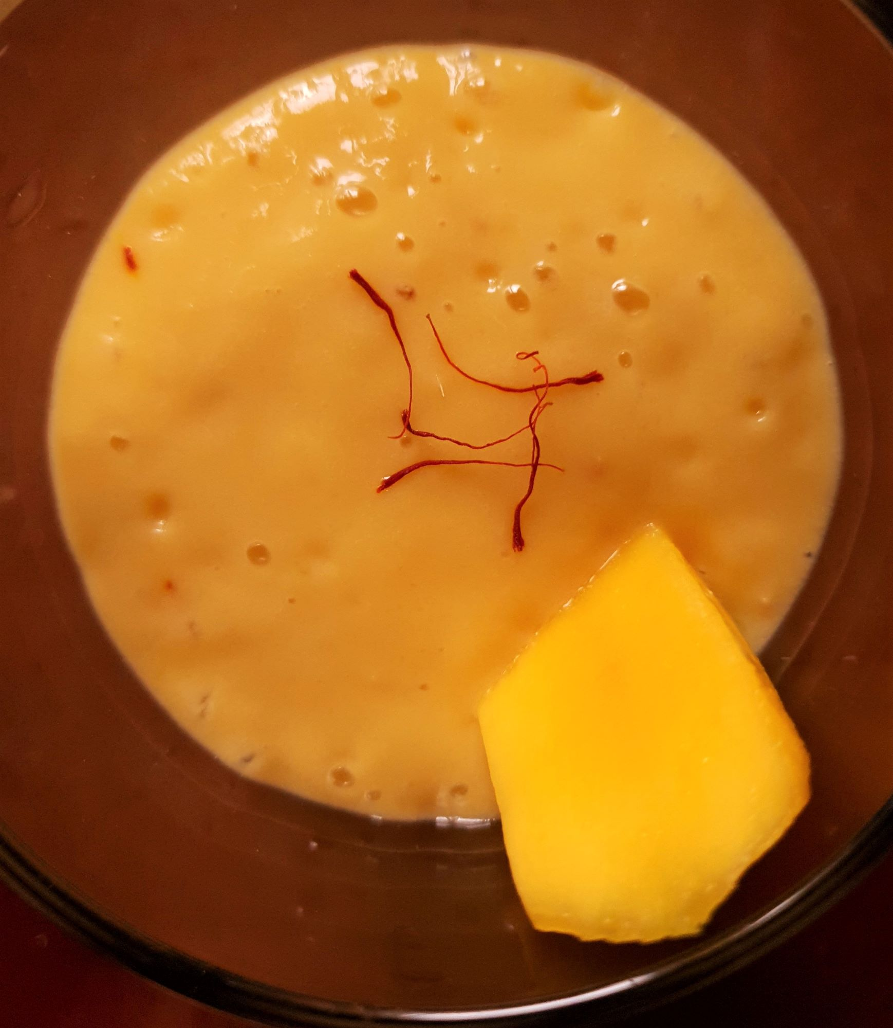 Mangový milkshake se šafránem